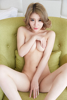 靓丽美妞爱丽莎全裸美胸诱人私房照